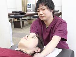 肩の痛み施術風景